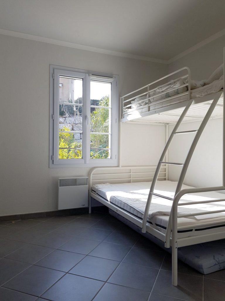 Soverom nr 2 oppe har familiekøye med 1 dobbel og 1 enkel seng.